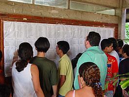Candidatos conferindo o resultado