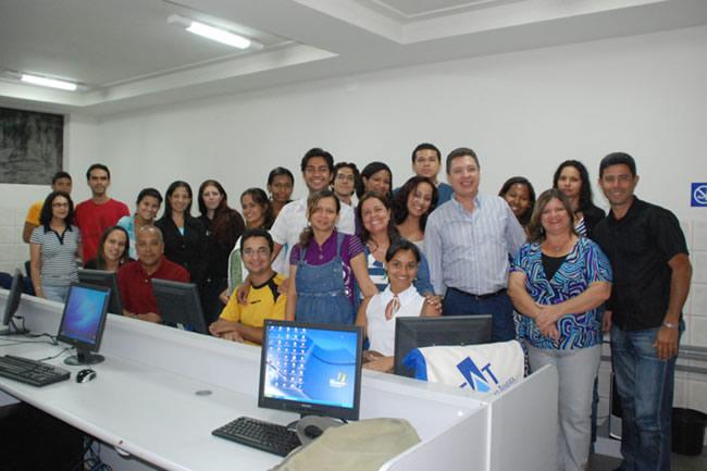 Jornalista Vladimir Ramos e alunos da FAT