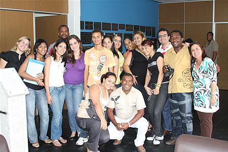 Alunos e professores na redação do Jornal A Tarde
