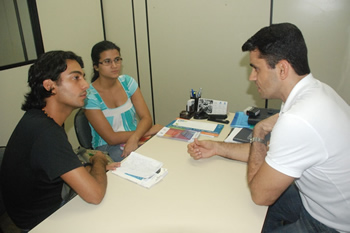 Prof. Valterney Morais e estudantes de Jornalismo da FAT
