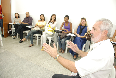 O secretário Edson Borges com alunos da FAT