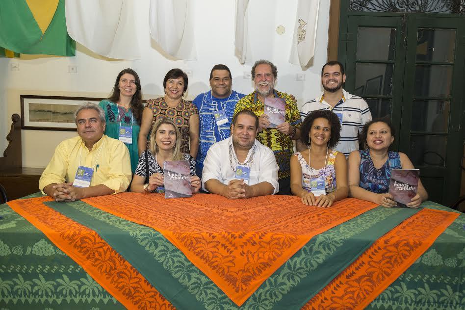 Na foto, profº Ricardo Aragão (centro/sentado) entre autores dos livros lançados