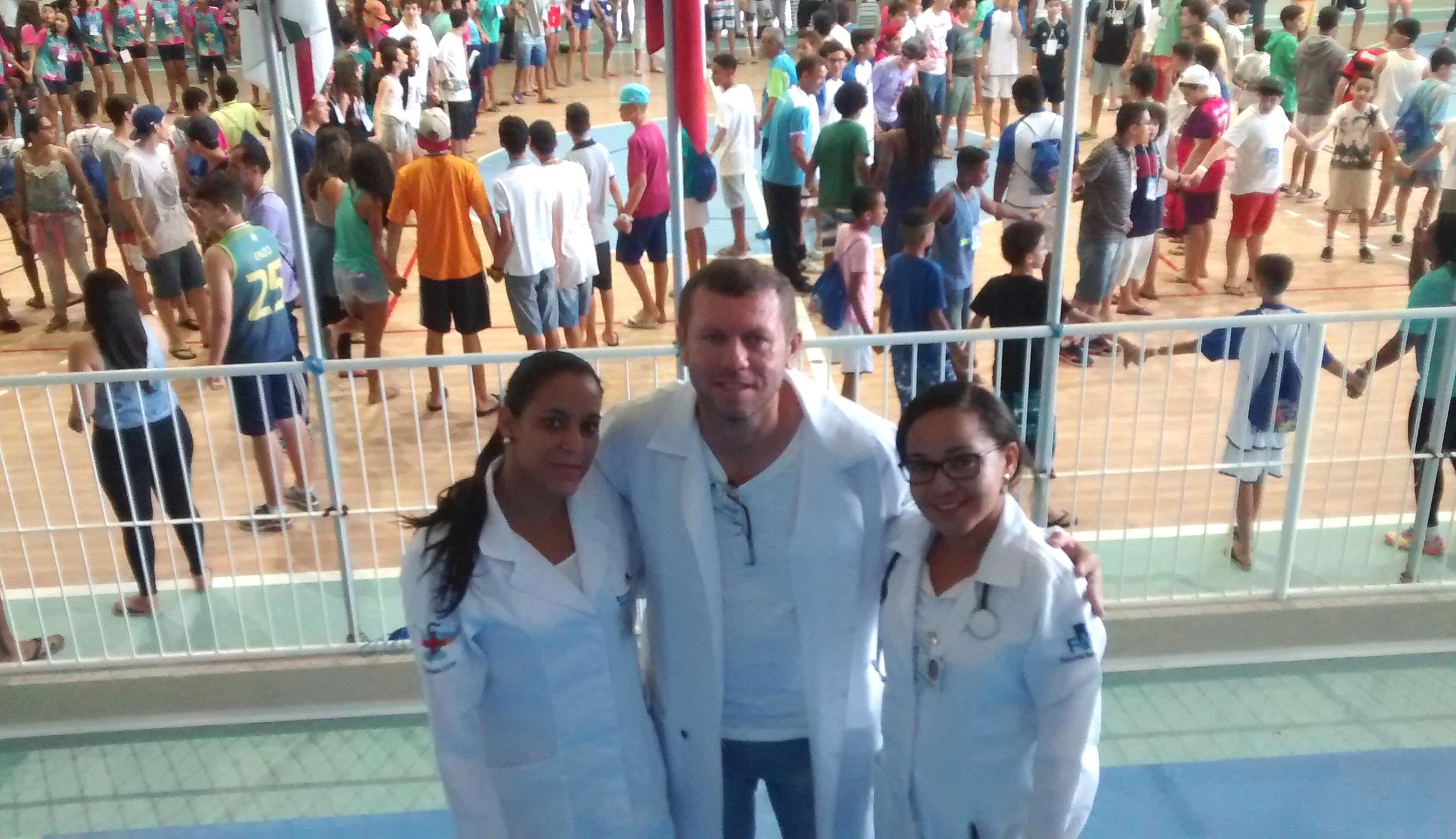 Prof. Alexsandro Figuerêdo de Souza entre estudantes da FAT.