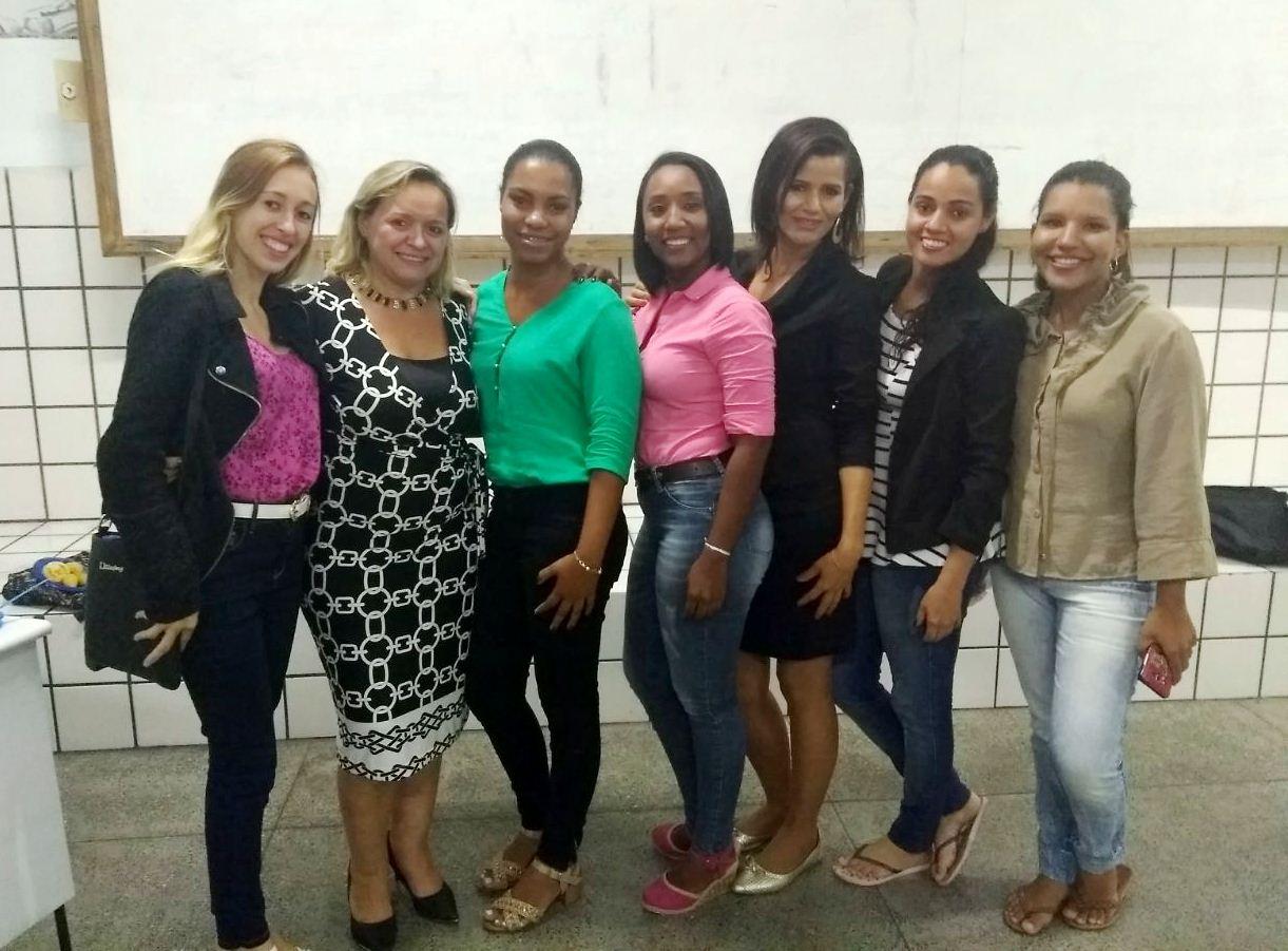 Profª Ma. Cidineide Gerônimo entre estudantes do curso de Administração.