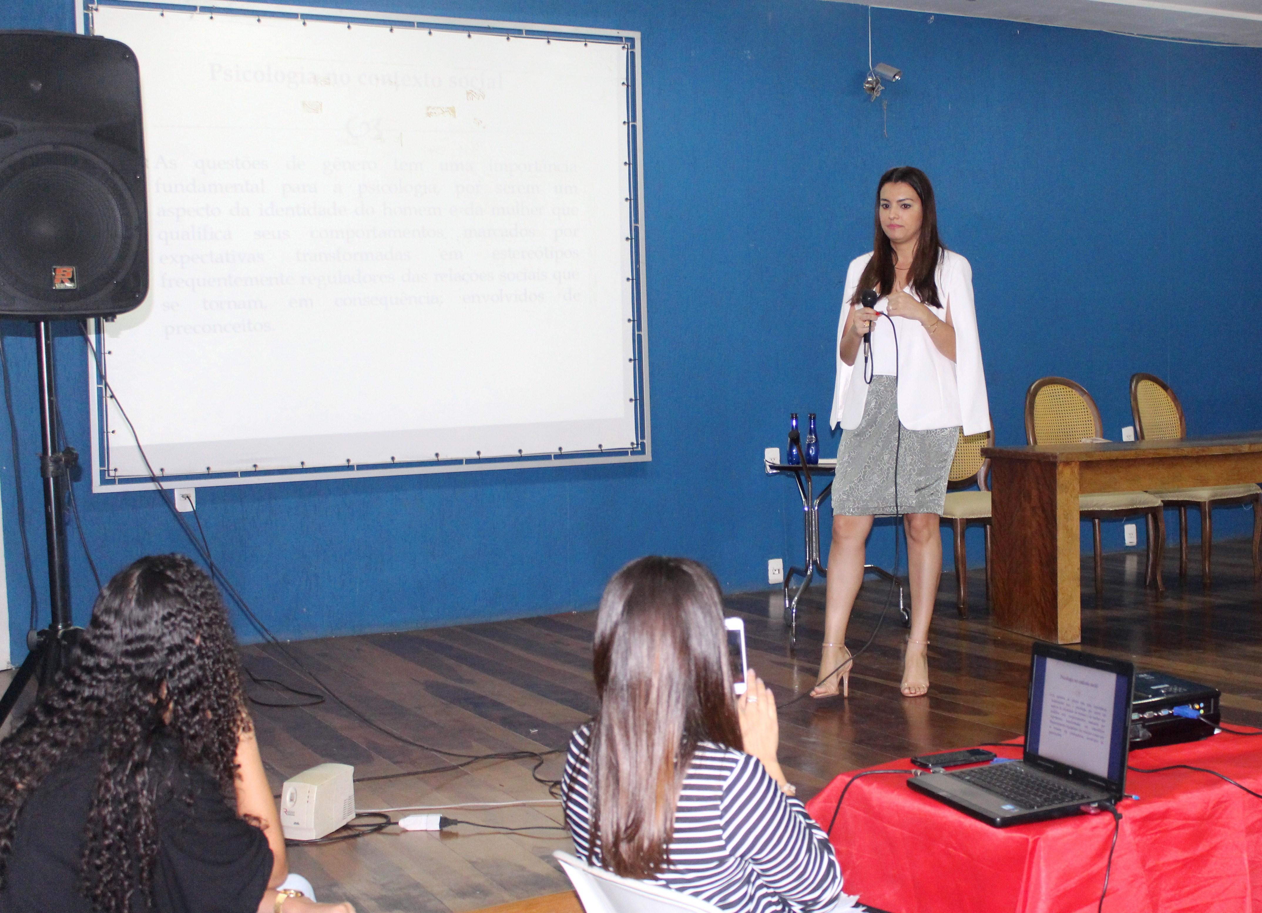 A psicóloga Kamila Carvalho alertou sobre as violências vividas pelas mulheres.
